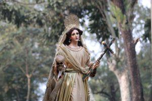María Magdalena porta un cráneo y una cruz. Foto Prensa Libre: Óscar Rivas