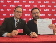 Juan Maldonado vicepresidente de Banca y Personas de BAC Credomatic y Estuardo Ligorria, director de la comisión de BPO de Agexport, firmaron el acuerdo de la tarjeta roja para el sector Contact Center y BPO