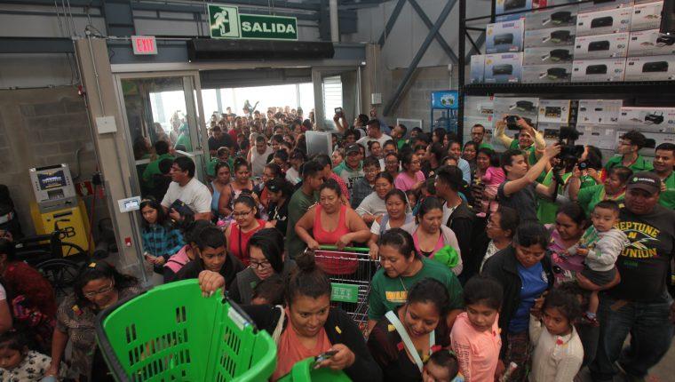 Cientos de personas abarrotaron la tienda Maxi Despensa en su primer día de apertura.