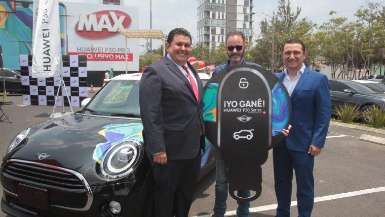 Representantes de Tiendas Max y Huawei junto a Badi Aranki, que ganó uno de los Mini Cooper de 3 puertas