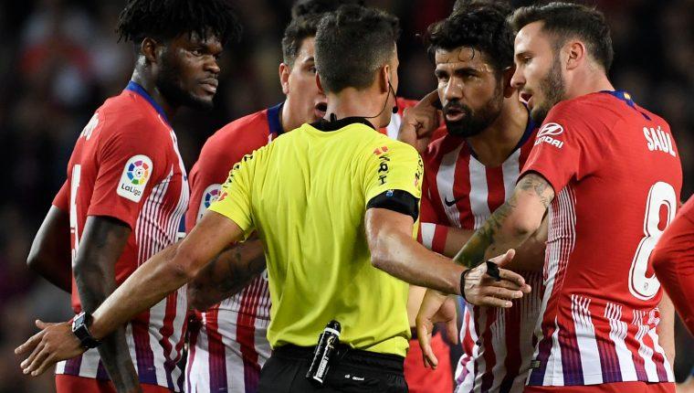 Diego Costa al momento de ser expulsado frente a El Barcelona. (Foto Prensa Libre: AFP)