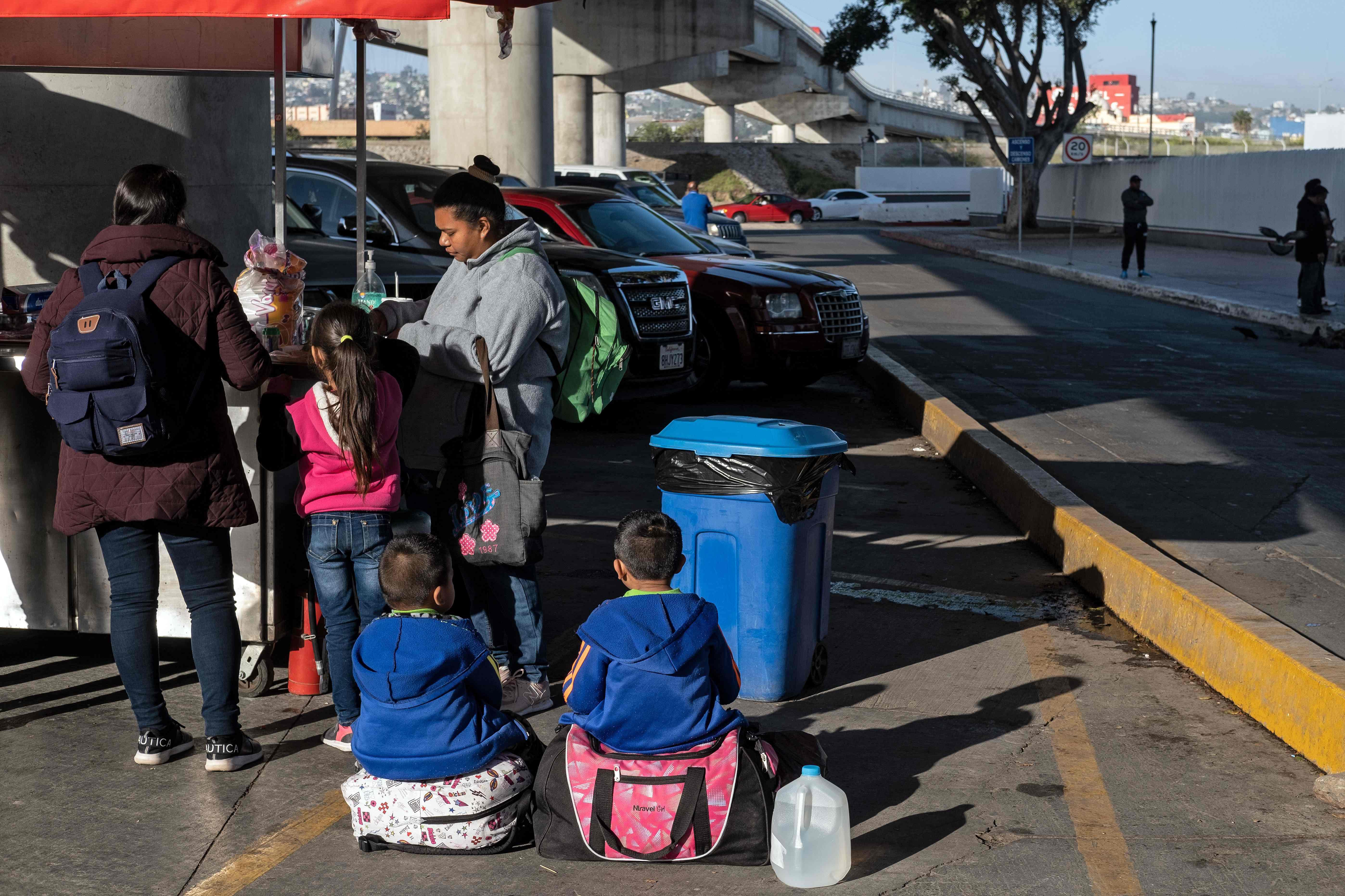 Solicitantes de asilo permanecen en Tijuana a la espera de ser atendidos por Estados Unidos. (Foto Prensa Libre: AFP)