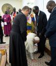 El papa Francisco se arrodilló el 11 de abril para besar los pies de líderes de Sudán. (Foto Prensa Libre: AFP)