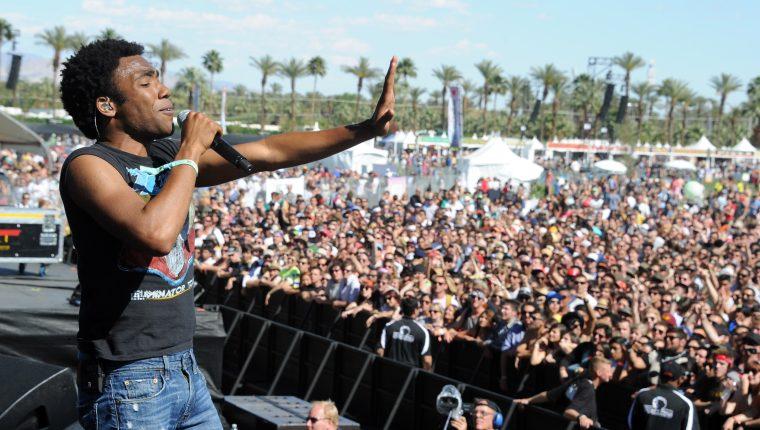 """Donald Glover, también conocido como Childish Gambino canta en Coachella Valley Music & amp el festival de Artes en el Empire Polo Field en Indio, California.  Durante el evento presentó su película conocida como """"Isla de la Guayaba"""". Foto Prensa Libre GETTY IMAGES NORTH AMERICA / AFP)"""