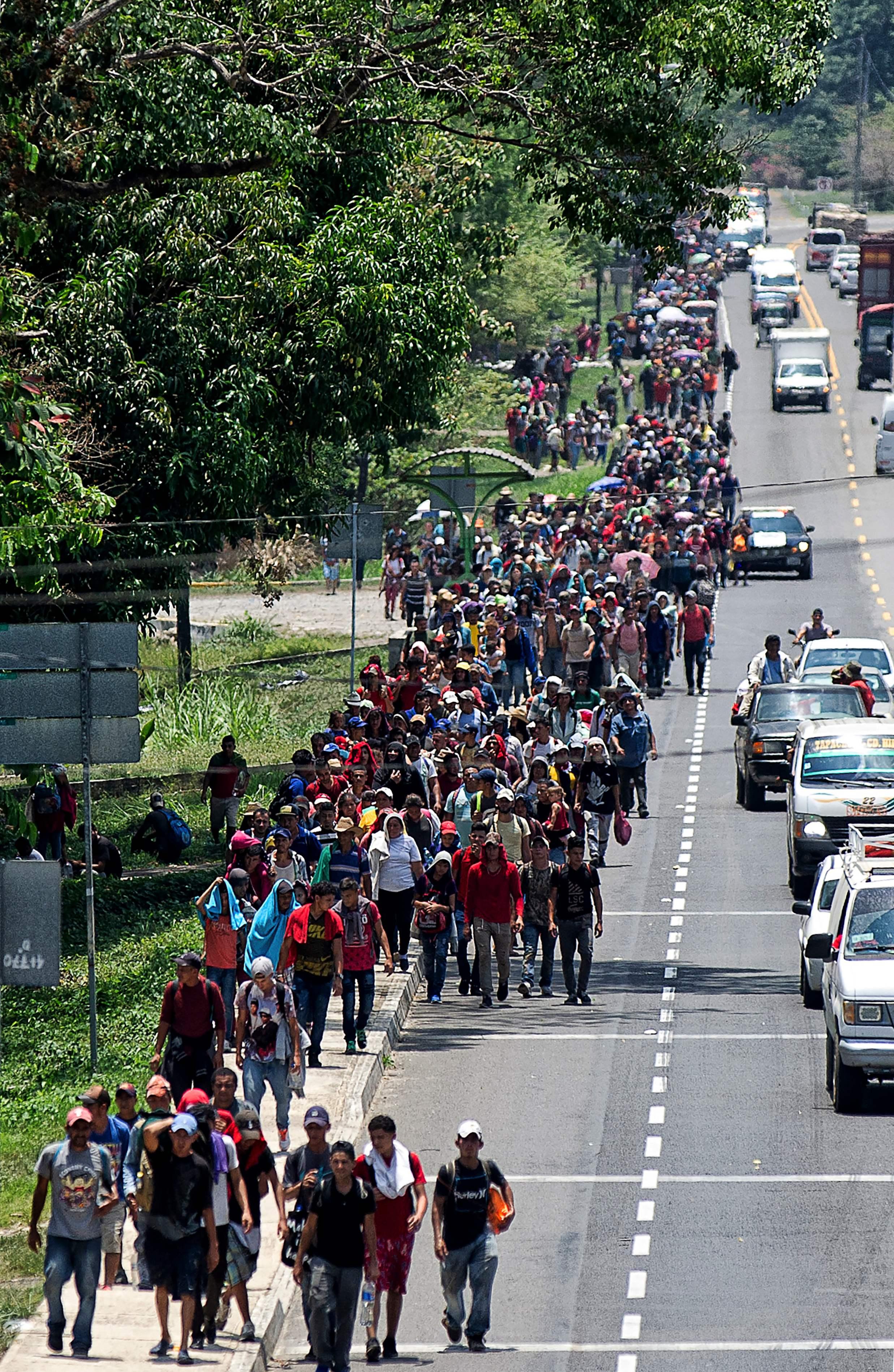 Atender las necesidades en salud en las caravanas migratorias lleva a los países miembros del Sica a coordinarse para garantizar el derecho a la salud de los centroamericanos.  (Foto Prensa Libre: AFP)
