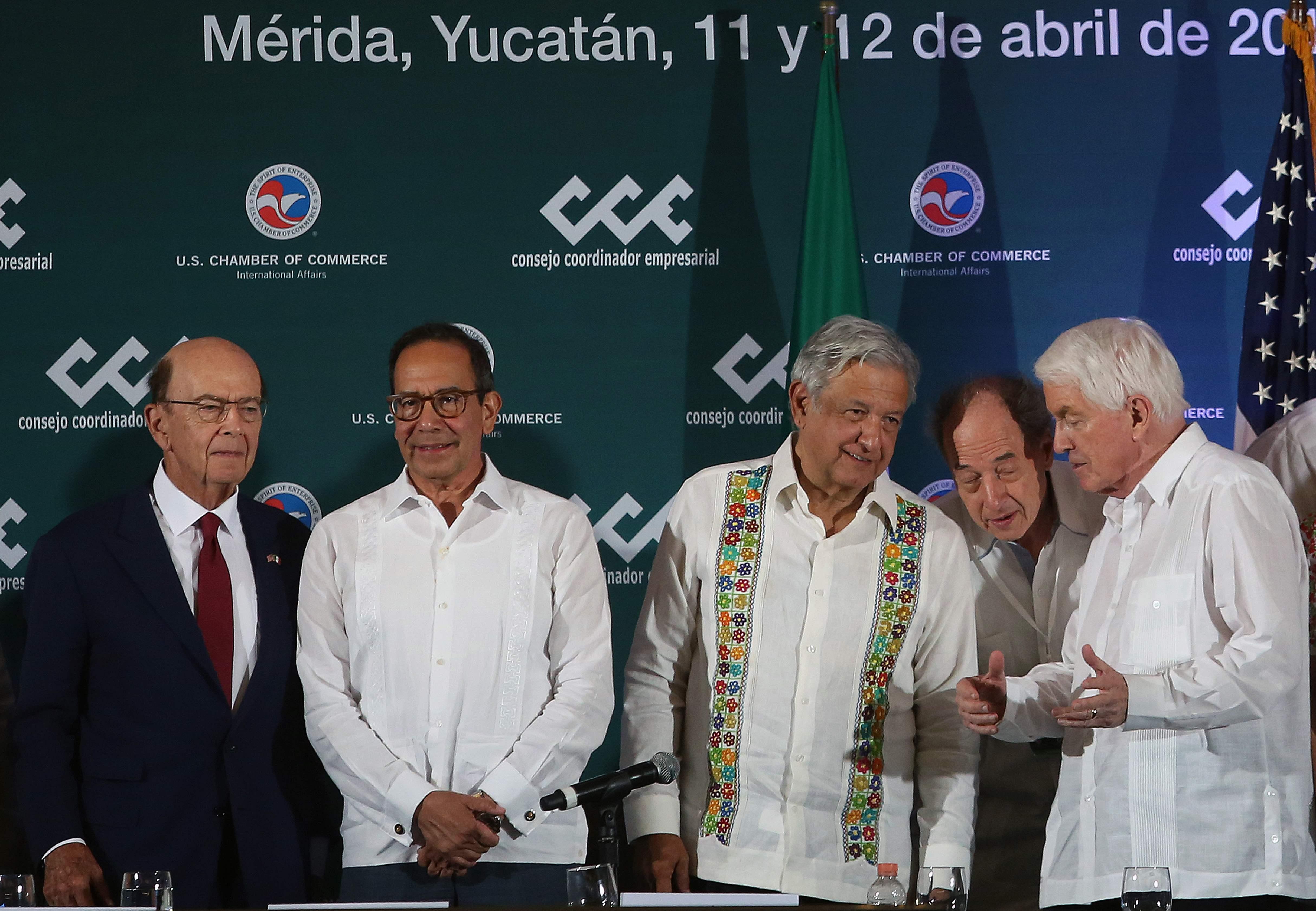 Wilbur Ross, secretario de Comercio de Estados Unidos, izquierda, participó en Mérida junto al presidente de México, Andrés Manuel López Obrador, centro, en un encuentro de empresarios para impulsar un plan regional de inversiones el pasado viernes. (Foto Prensa Libre: AFP)