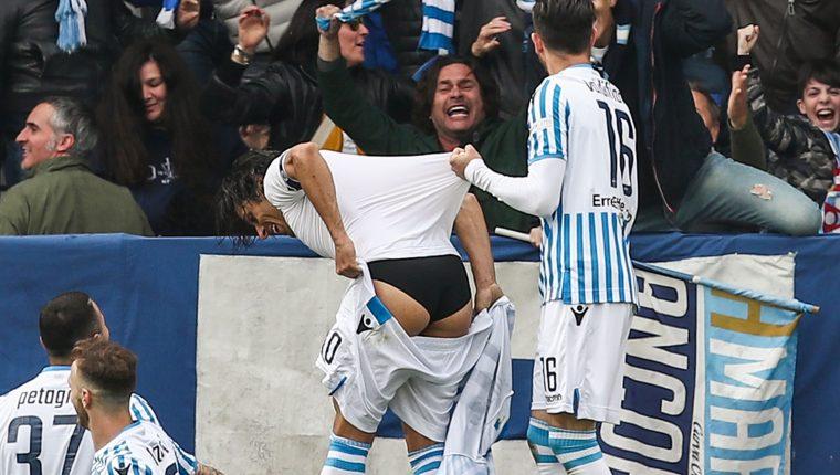 Sergio Floccari festejó de esta manera el gol del triunfo contra la Juventus. (Foto Prensa Libre: AFP)