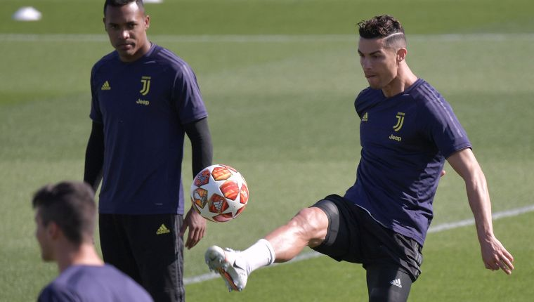 Juventus' Portuguese forward Cristiano Ronaldo juggles with a ball during a training session on April 15, 2019 at the Continassa training center in Torino, on the eve of the UEFA Champions League quarter-final second leg football match Juventus vs Ajax Amsterdam. (Photo by Marco Bertorello / AFP)