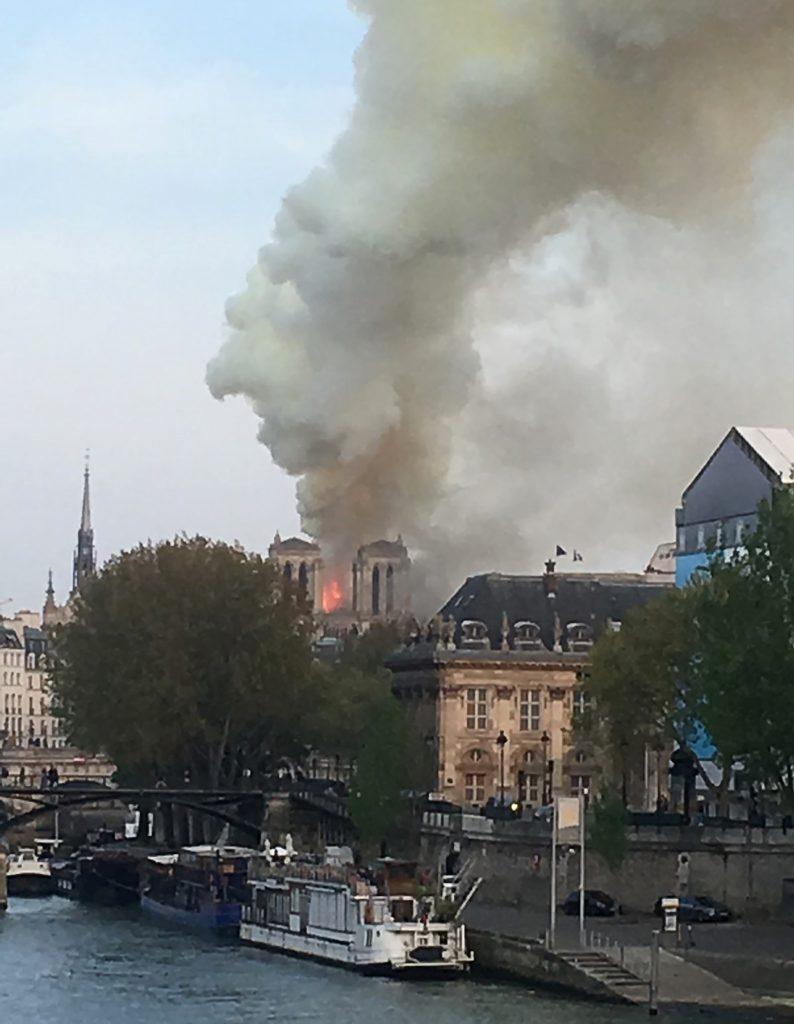"""La alcaldesa de París, Anne Hidalgo, ha lamentado el Twitter el """"terrible incendio"""" y ha informado de que los Bomberos de París están tratando de controlar las llamas. Foto Prensa Libre: AFP"""