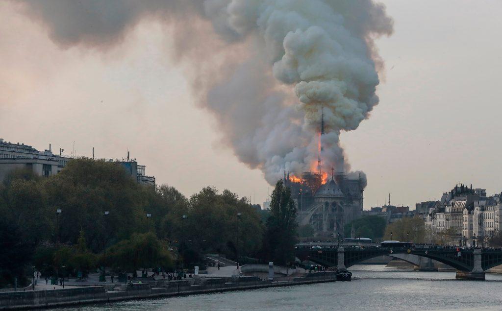 Una gigantesca nube de humo emana producto del incendio en la catedral de Notre-Dame, que enluta ya a París. Foto Prensa Libre: AFP