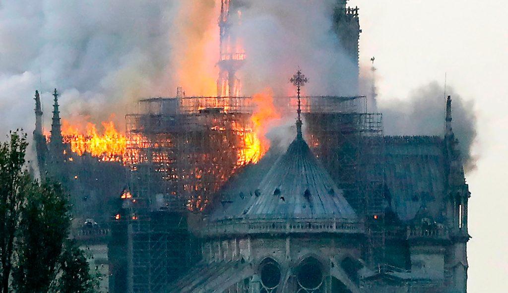 Bomberos de París han indicado que el incendio se registró desde las 18:30, hora de París. Foto Prensa Libre: AFP