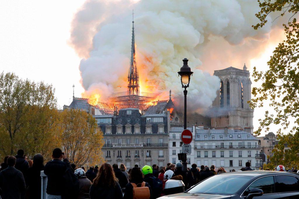 Vista desde el río Sena del incendio en la catedral de Notre Dame, París. Foto Prensa Libre: AFP