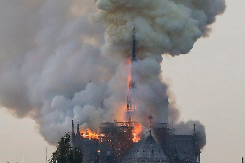 Se tiene conocimiento que se hacían algunos trabajos de remodelación en la parte alta de la iglesia de Notre Dame. Foto Prensa Libre: AFP