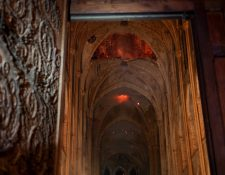 Llamas y humo en el interior de la Catedral de Notre Dame, ícono de la historia francesa y occidental. (Foto Prensa Libre: AFP)