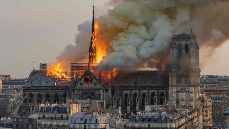 El enorme incendio en el techo de Notre Dame ha enlutado a Francia y al mundo. (Foto Prensa Libre: AFP)
