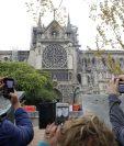 Turistas toman fotos a la Catedral de Notre Dame un día después del siniestro. (Foto Prensa Libre: AFP)