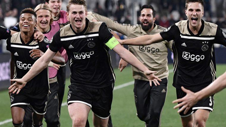 Matthijs de Ligt (C), capitán del Ajax, celebró así la clasificación a semifinales. (Foto Prensa Libre: AFP)