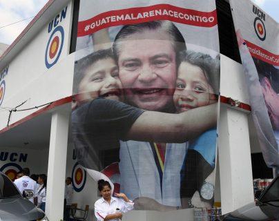Vista de campaña publicitaria de Mario Estrada. El candidato por la UCN habría asegurado a los falsos narcotraficantes que ya no tenía recursos para invertir en la campaña. (Foto Prensa Libre. AFP)