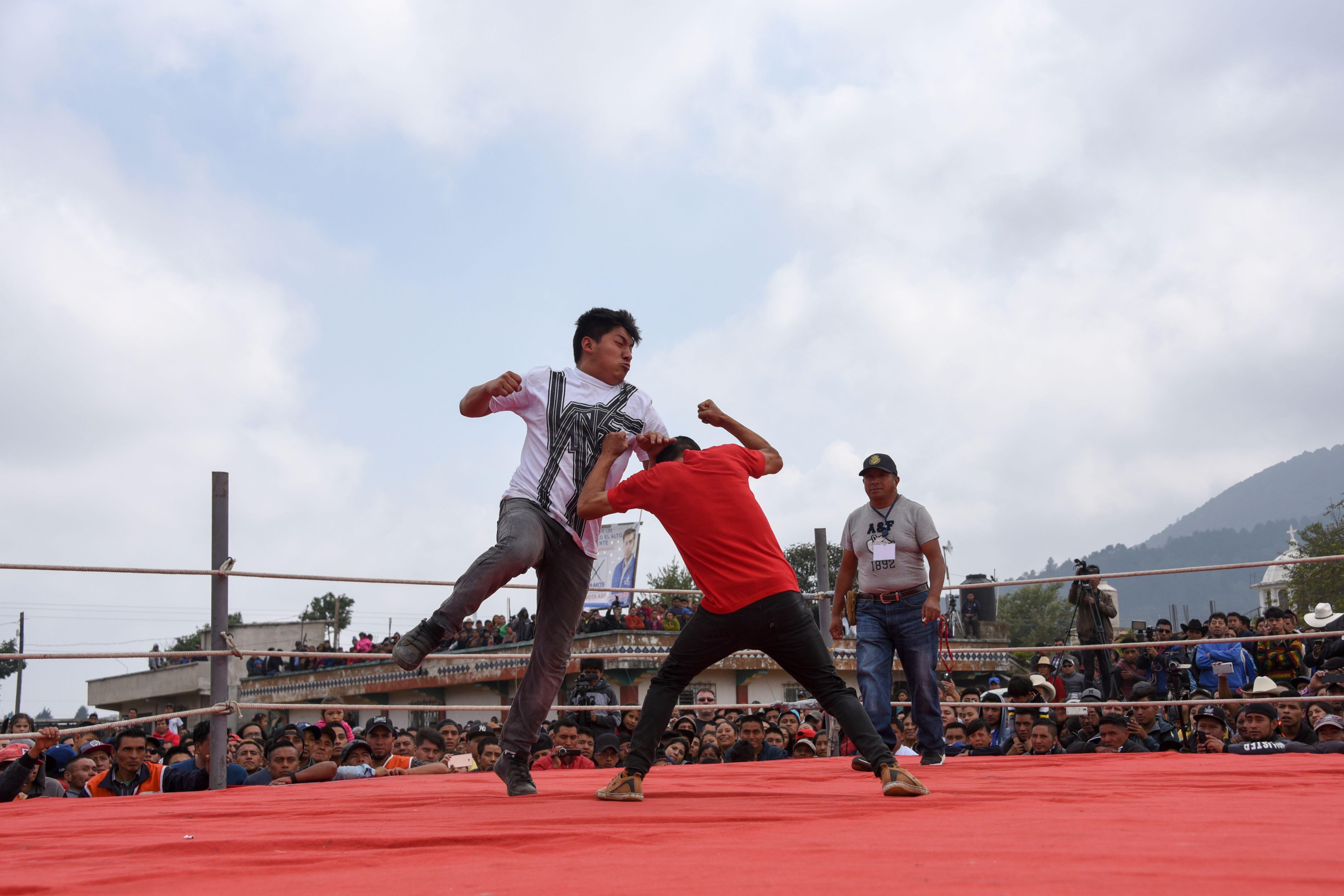 En la aldea Chivarreto los hombres se baten en combate como parte de una tradción de Viernes Santo. (Foto Prensa Libre: AFP)