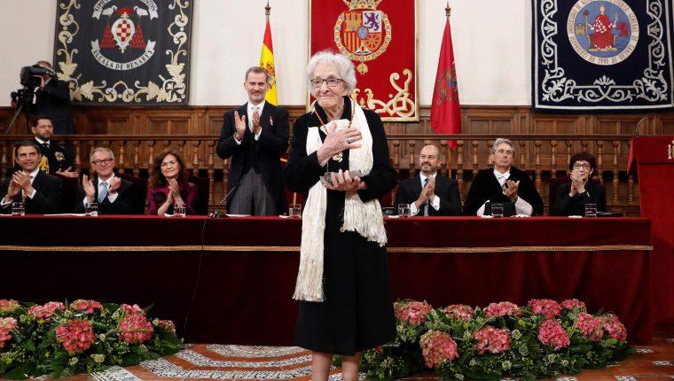 La uruguaya Ida Vitale tras recibir el Premio de Literatura en Lengua Castellana Miguel de Cervantes 2018. (Foto Prensa Libre: AFP)
