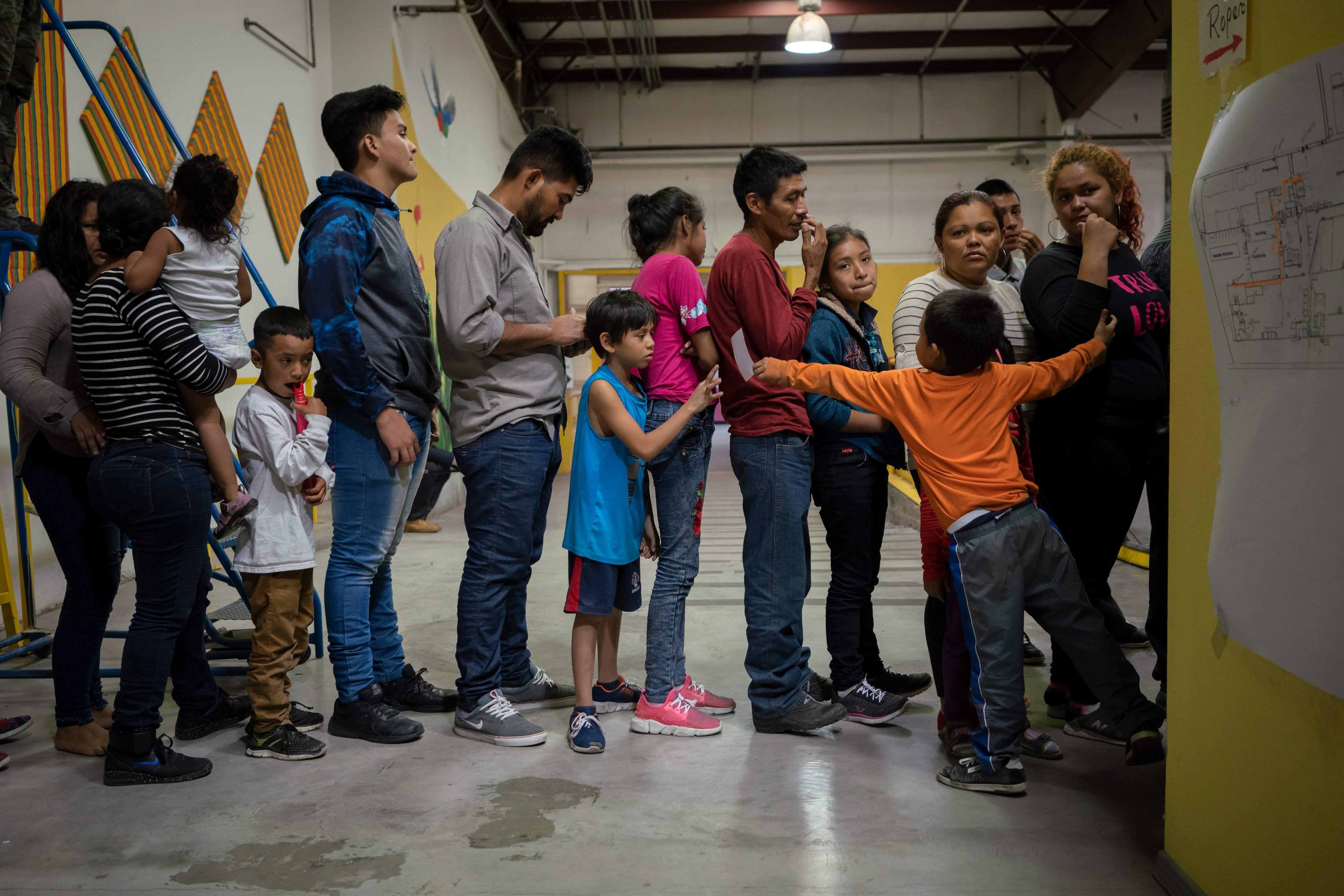 Migrantes a la espera de ser registrados. (Foto: Prensa Libre: AFP)