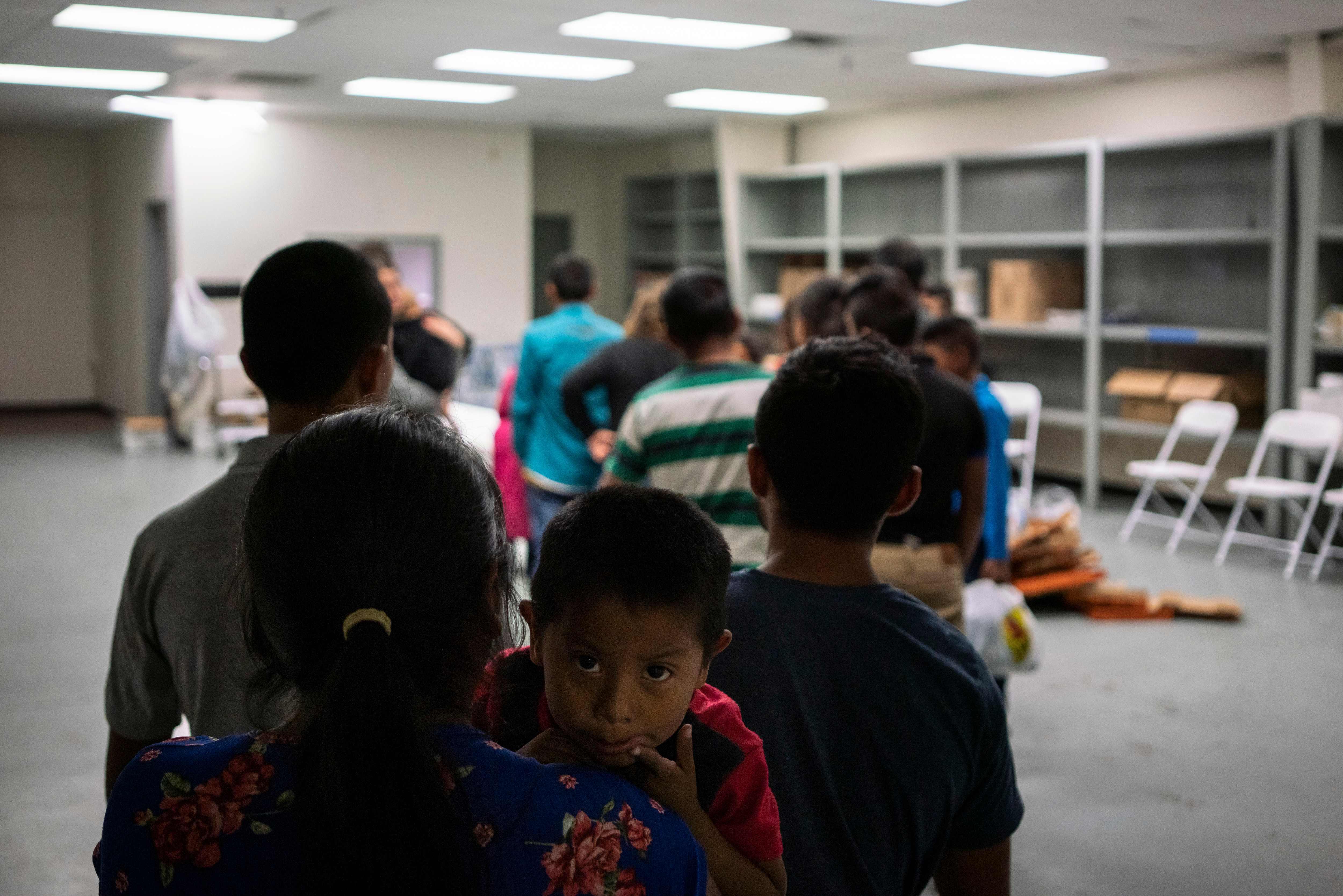 Un niño guatemalteco y su familia esperan alimentos en un albergue de El Paso, Texas. (Foto Prensa Libre: AFP)