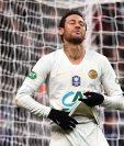 El delantero brasileño Neymar tuvo un problema con un aficionado al finalizar el partido de Copa. (Foto Prensa Libre: AFP)