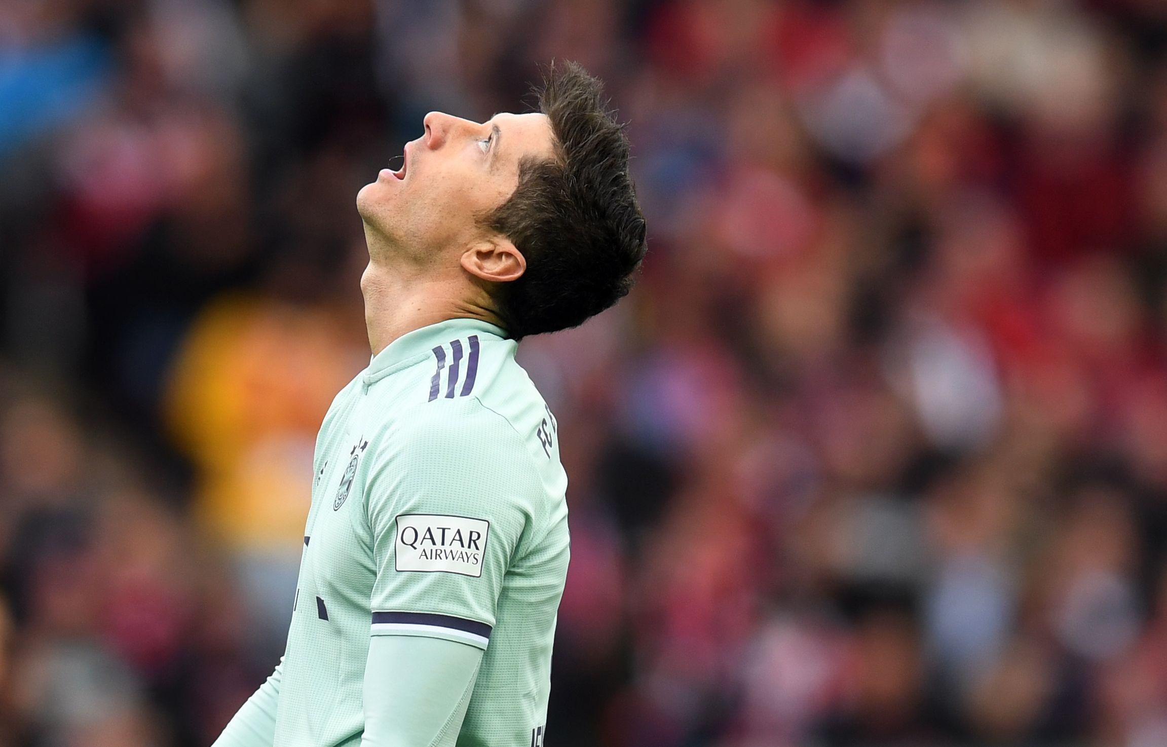 El delantero del Bayern Múnich Robert Lewandowski se lamenta el tropiezo de su equipo. (Foto Prensa Libre: AFP)