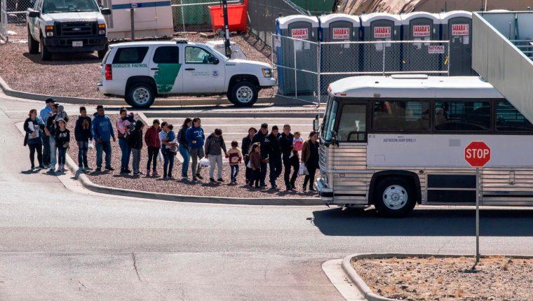 Migrantes detenidos en un centro de El Paso, Texas. (Foto Prensa Libre: Hemeroteca PL)
