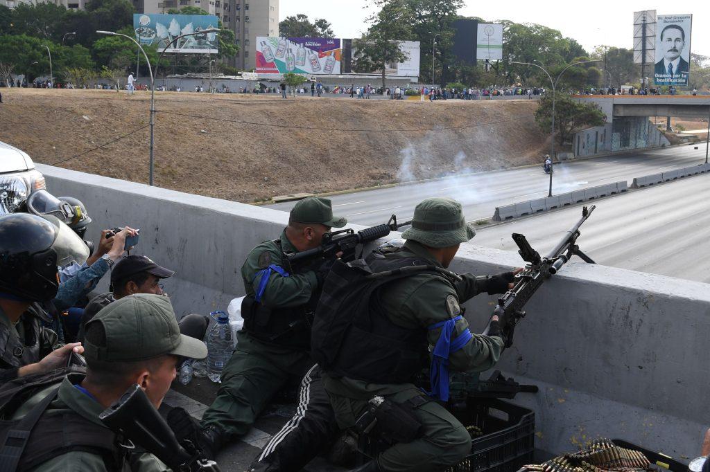 Las fuerzas armadas leales a Guaidó permanecen en las calles de Caracas. Foto Prensa Libre: AFP