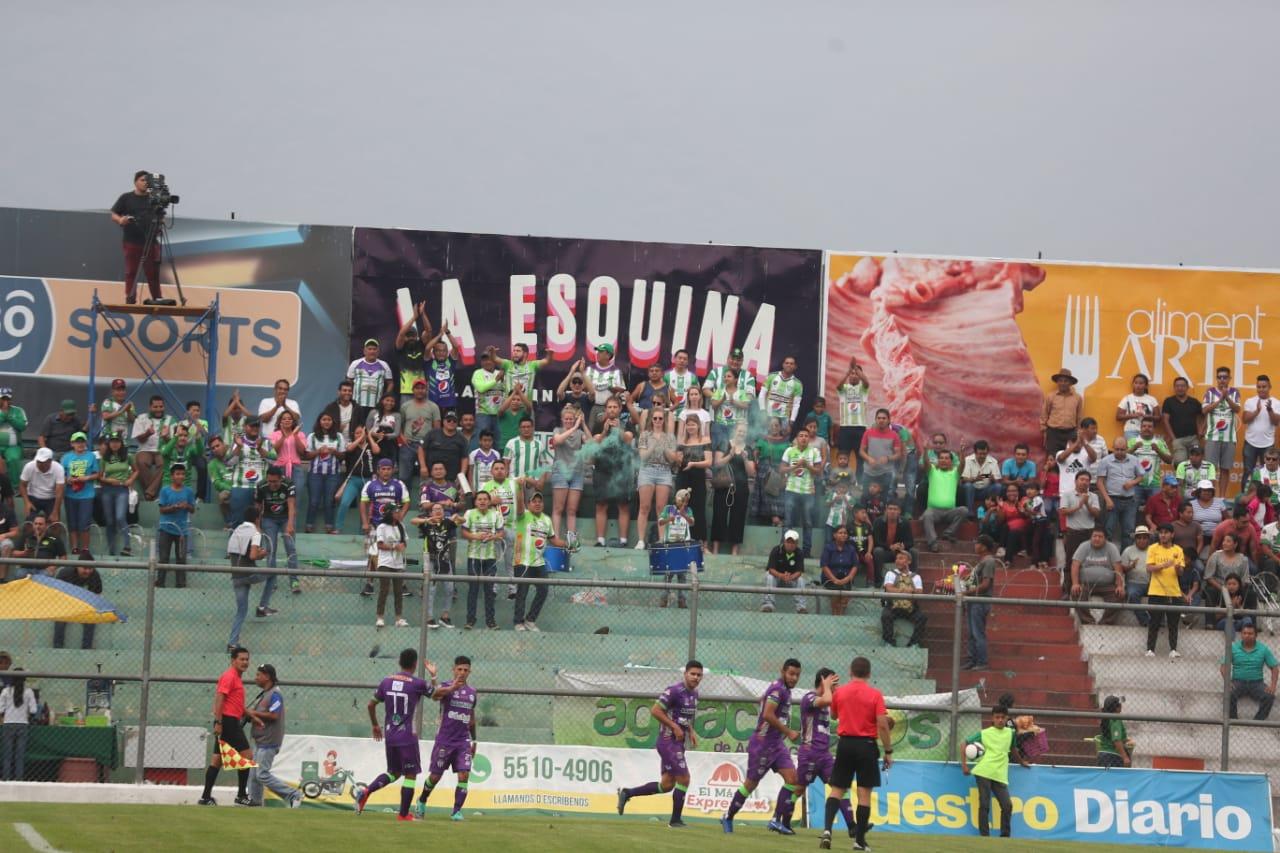Los jugadores de Antigua festejaron a lo grande. (Foto Prensa Libre: Edwin Fajardo)