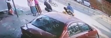 Momento en el que ocurre el accidente en la ciudad de Huehuetenango. (Foto Prensa Libre: Imagen tomada de video).