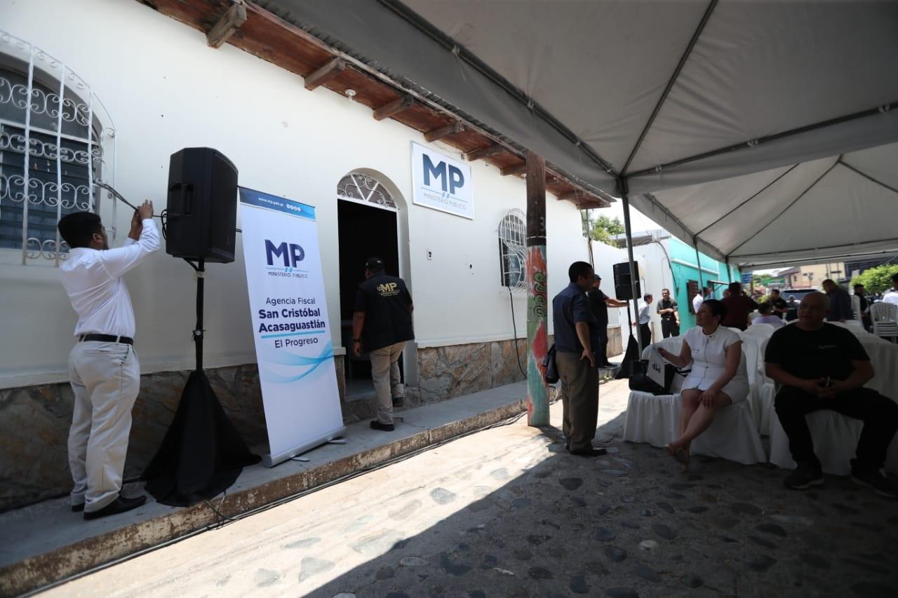 El personal del Ministerio Público ingresa a la nueva agencia fiscal habilitada en San Cristóbal Acasaguastlán, en El Progreso. (Foto Prensa Libre: Esbin García)