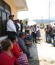 Autoridades municipales y representantes de los vecinos afectados se reunieron este lunes 1 de abril para dialogar sobre la problemática. (Foto Prensa Libre: María Longo)