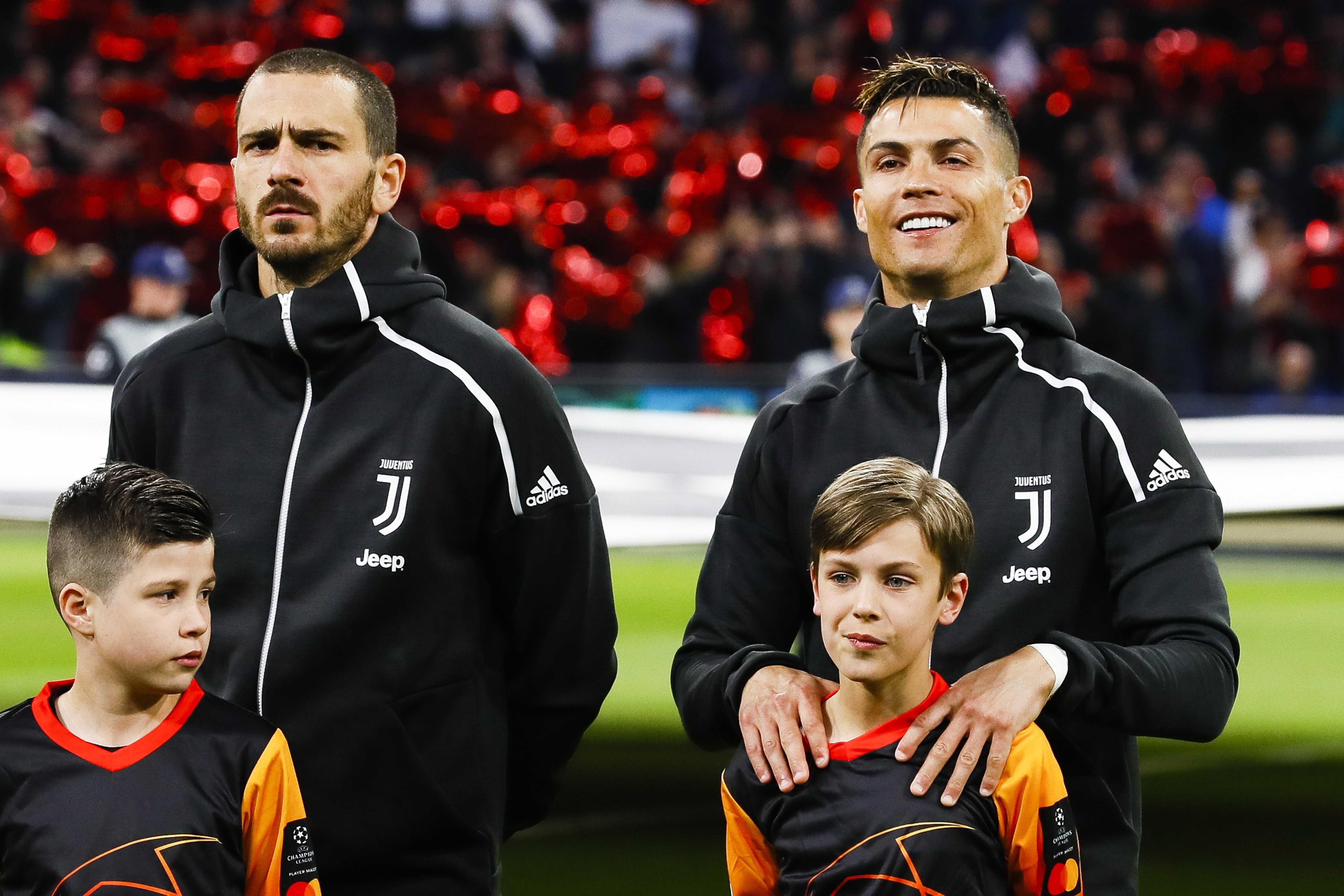 71794797. ÁMSTERDAM (HOLANDA), 10/04/2019.- Cristiano Ronaldo (d) y Leonardo Bonucci (i) de la Juventus escuchan el himno este miércoles, durante el partido de ida de cuartos de final de la Liga de Campeones UEFA, entre el Ajax Amsterdam y la Juventus FC, en Ámsterdam (Holanda). EFE/ Robin Van Lonkhuijsen