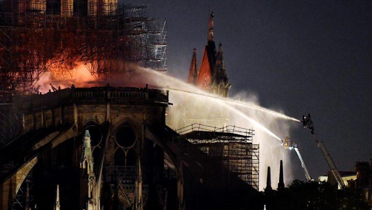 Bomberos intentan apagar el incendio en la catedral de Notre Dame. (Foto Prensa Libre: EFE)