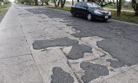 José Fernando Morales, viceministro de Comunicaciones, confirmó que la Autopista Escuintla-Puerto Quetzal, presenta un alto grado de deterioro por la falta de mantenimiento, pero no se le puede brindar por el contrato económico. (Foto Prensa Libre: Carlos Enrique Paredes)