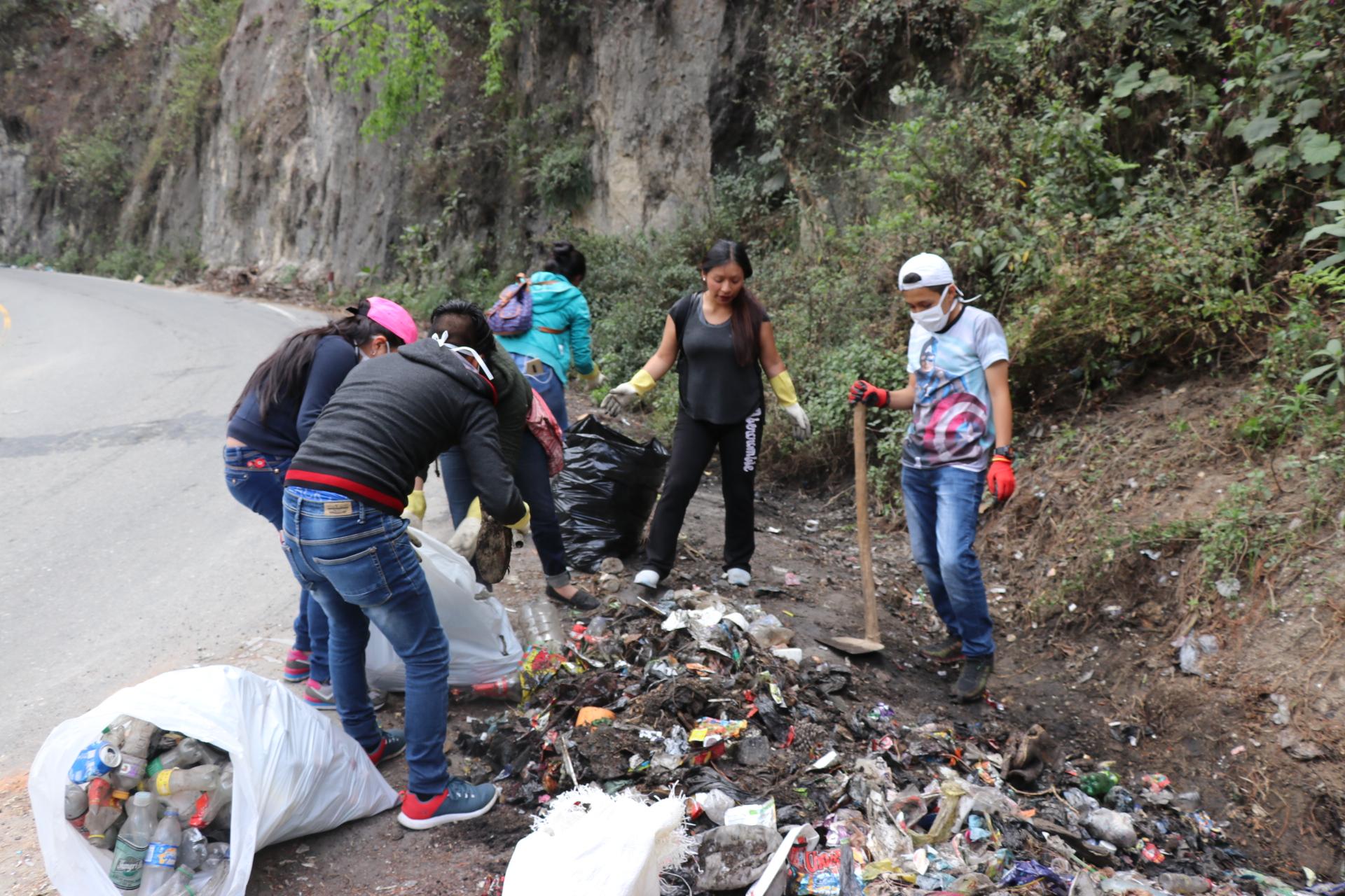 Voluntarios recogen basura en ruta entre Los Encuentros y Santa Cruz del Quiché. (Foto Prensa Libre: Héctor Cordero).