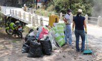 La basura recogida en la ruta entre Los Encuentros y Santa Cruz del Quiché fue depositada en costales. (Foto Prensa Libre: Héctor Cordero).