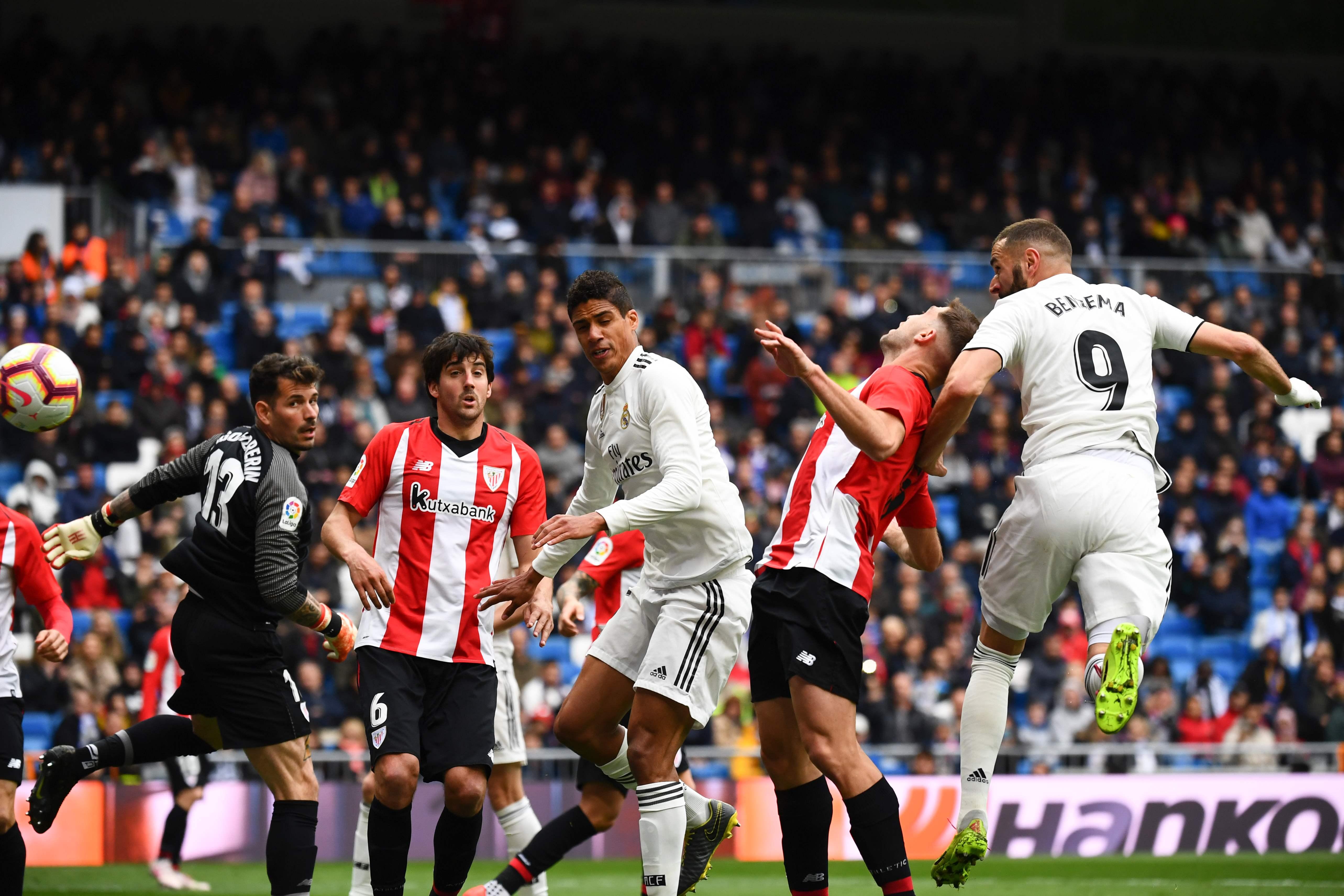 Karim Benzema vence con un cabezazo al guardameta Iago Herrerin del  Athletic Bilbao. (Foto Prensa Libre: AFP)