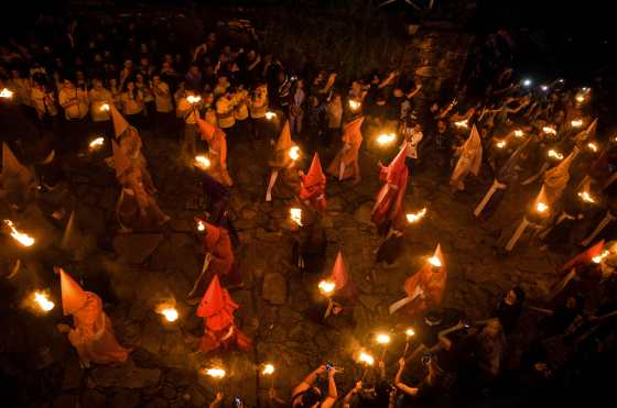 La ceremonia religiosa cristiana es una escenificación de la detención de Jesucristo. Foto Prensa Libre: AFP