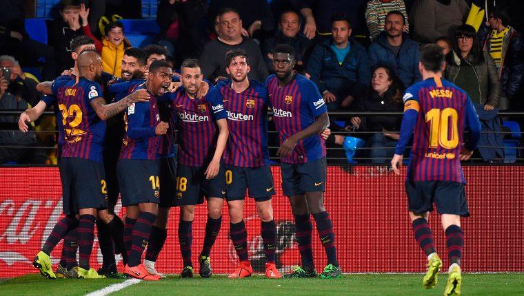 Los jugadores del Barcelona celebran eufóricos tras haber empatado contra el Villarreal. (Foto Prensa Libre: AFP)
