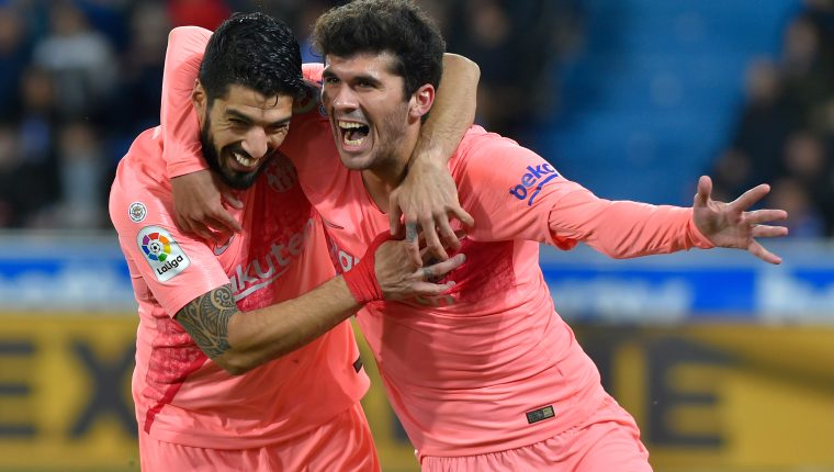 Barcelona's Spanish midfielder Carles Alena (R) celebrates with Barcelona's Uruguayan forward Luis Suarez after scoring a goal during the Spanish league football match between Deportivo Alaves and FC Barcelona at the Mendizorroza stadium in Vitoria on April 23, 2019. (Photo by ANDER GILLENEA / AFP)