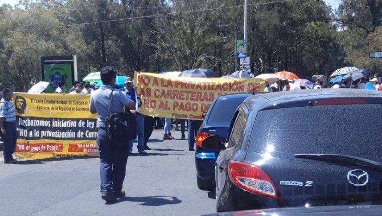 Trabajadores de Caminos bloquean el paso en la 7a avenida de la zona 13, rumbo al Aeropuerto Internacional La Aurora. (Foto Prensa Libre: Aeronáutica Civil)
