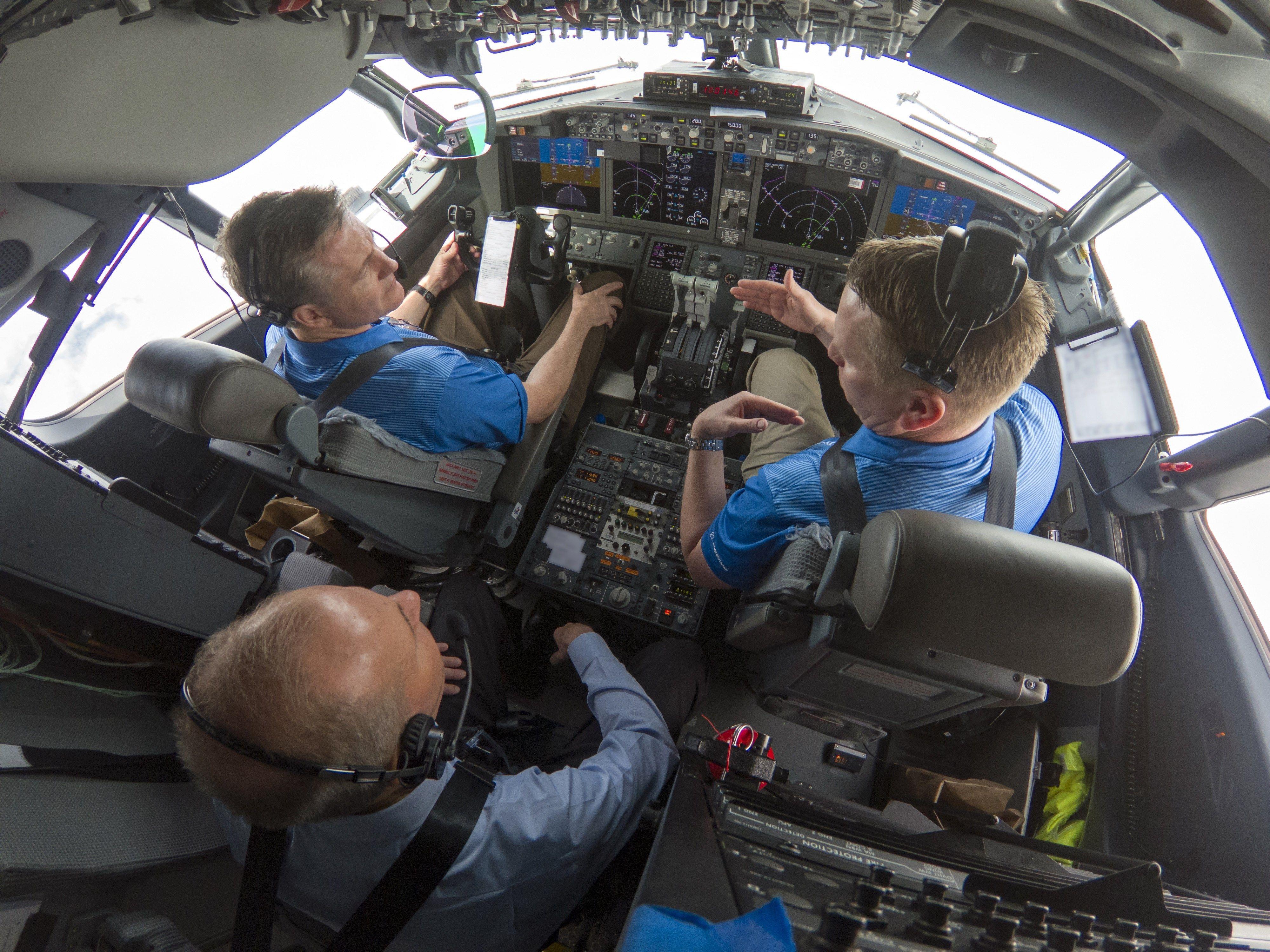 Fotografía cedida por Boeing donde aparece su consejero delegado, Dennis Muilenburg (atrás), mientras participa en un vuelo de prueba de un avión 737 MAX 7 que incluía la mejora de software del MCAS planeada. (Foto Prensa Libre: EFE)