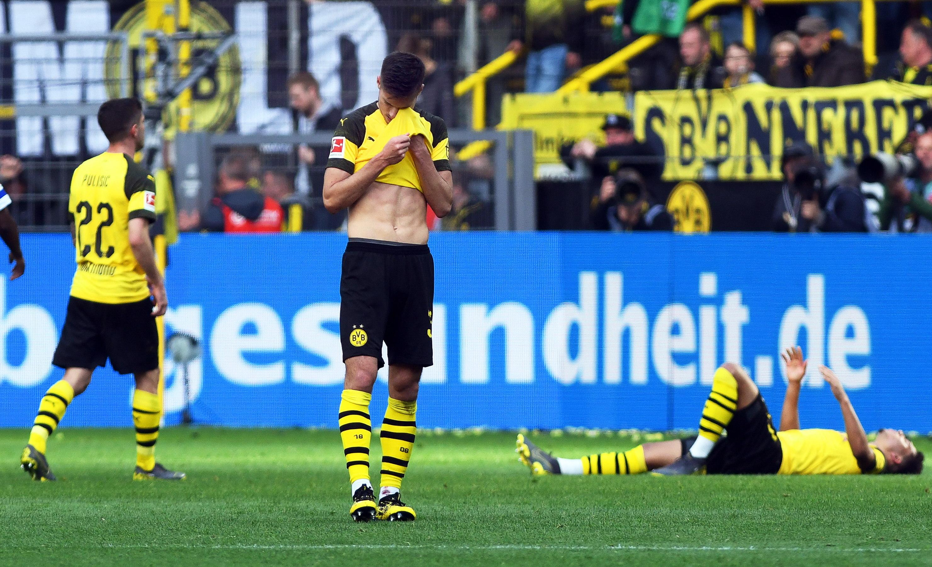 Jugadores del Borussia Dortmund lamentan el resultado contra el Schalke. (Foto Prensa Libre: EFE)
