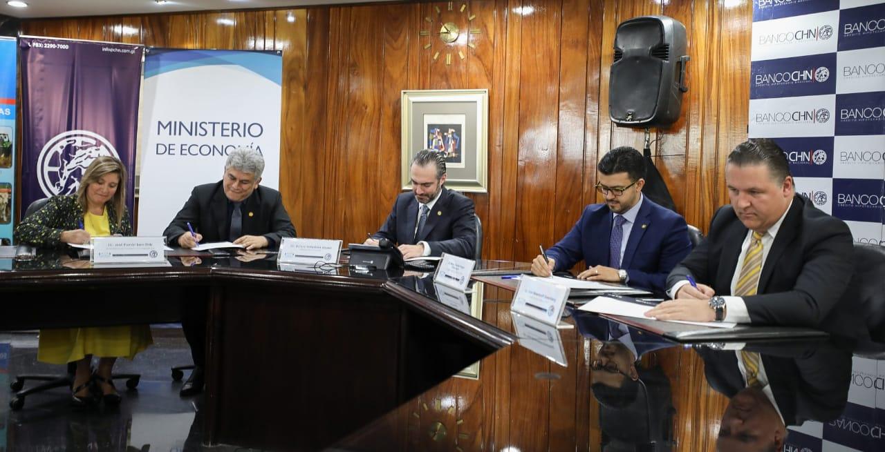 Autoridades del Registro de Garantías Mobiliarias, Mineco y CHN, suscriben acuerdo para el pago en línea de los aranceles por la inscripción de la prendas. (Foto Prensa Libre: Cortesía)