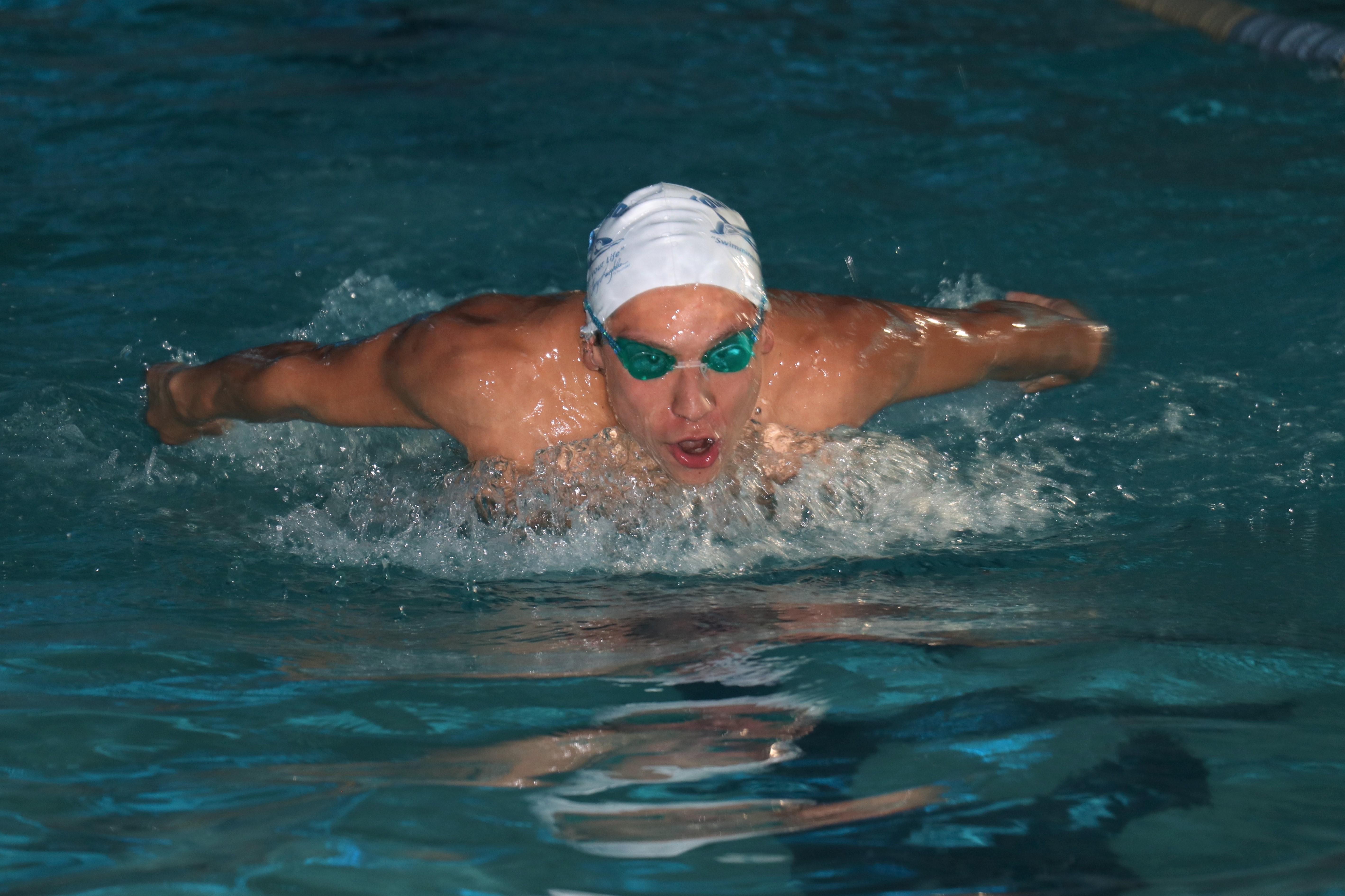 El nadador quetzalteco se ha especializado en los 200 metros estilo mariposa que le ha permitido competir en tres mundiales de natación. (Foto Prensa Libre: Raúl Juárez)