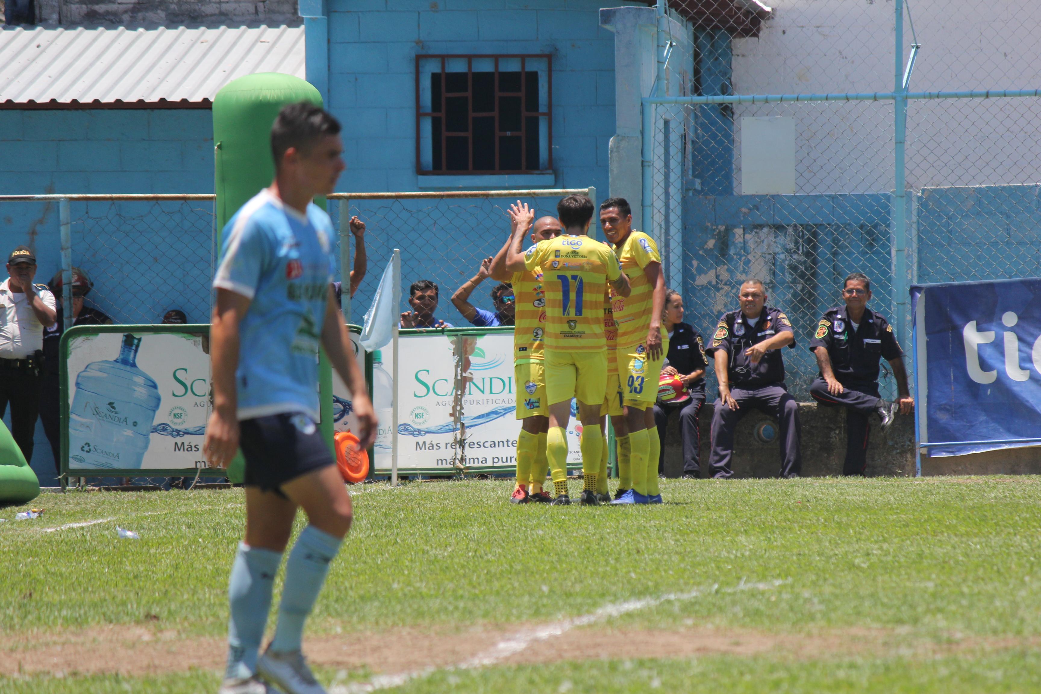 Así celebraron los jugadores cobaneros, la victoria contra Sanarate. (Foto Prensa Libre: Luis López)