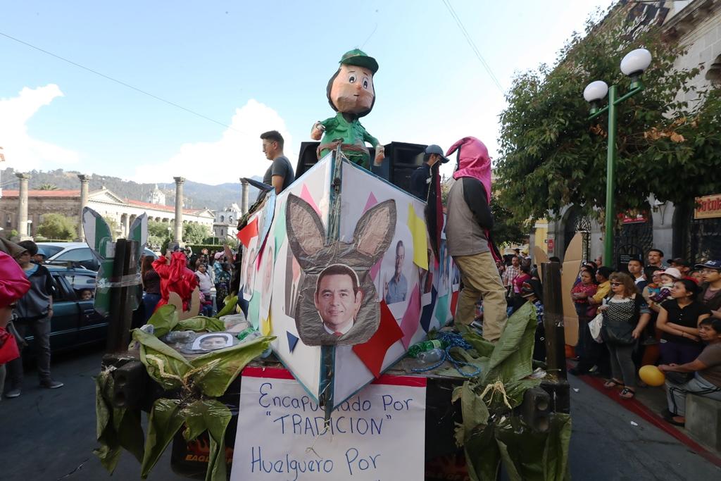 Estudiantes de la Psicología llevaron una carroza donde criticaron a la clase política. (Foto Prensa Libre: Mynor Toc)